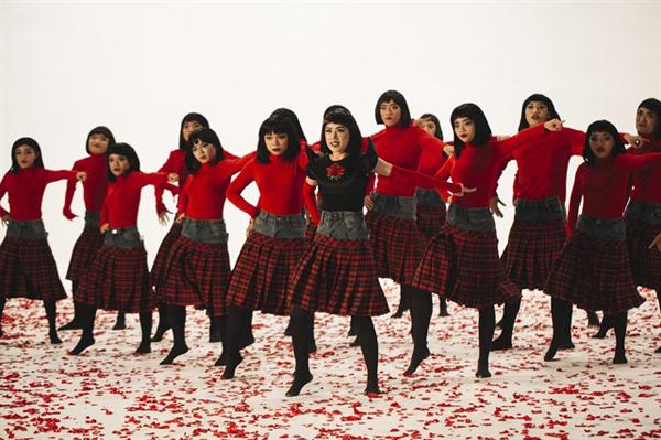 Không chỉ diện đến Vietnam International Fashion Week, Chi Pu còn mạnh tay đặt may 20 chiếc váy có dáng như sắp tụt này để đưa vào MV mới Đóa hoa hồng. Kiểu chân váy này gây không ít tranh cãi vì dễ khiến người mặc trông luộm thuộm, thậm chí đôi chân trông có phần ngắn hơn.