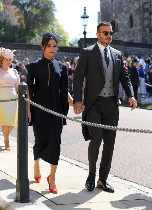 Victoria Beckham bị ném đá vì mặc như đi dự đám tang tại đám cưới của Harry - Meghan