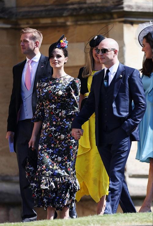 Tom Hardy đầu trọc lóc nắm tay vợ tiến vào lễ đường tại lâu đài Windsor.