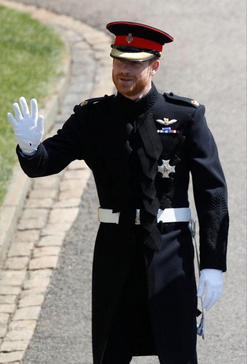 Dân mạng bấn loạn trước vẻ ngoài điển trai của hoàng tử Harry tại đám cưới - 1