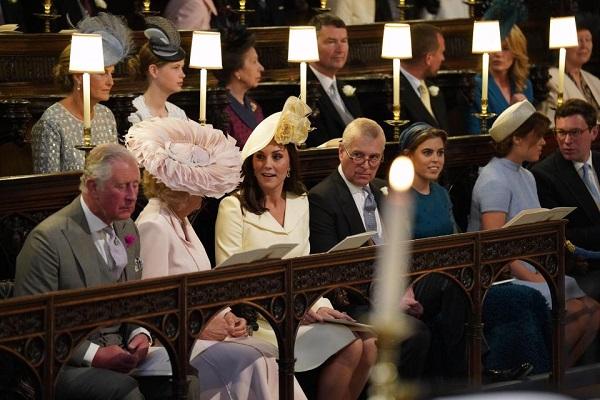 Công nương Kate Middleton bị chỉ trích vì trang phục dự cưới - 1