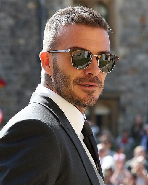 Vợ chồng Beckham tay trong tay đến dự đám cưới hoàng tử Harry - 4