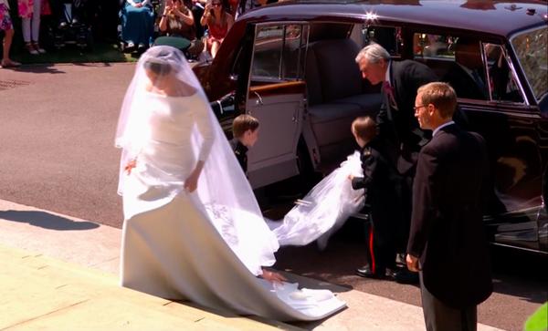 Vốn là một người sành sỏi thời trang, Meghan Markle được nhiều người kỳ vọng sẽ mang diện mạo lộng lẫy đến đám cưới cùng hoàng tử Harry. Tuy nhiên trong ngày trọng đại, nữ diễn viên người Mỹ lại xuất hiện với bộ váy cưới trắng trơn một màu, kiểu dáng rất đơn giản.