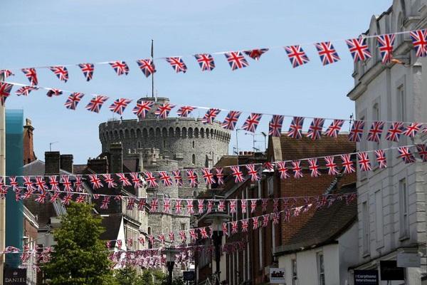 Dân tình đổ xô đặt chỗ tại Windsor để được chứng kiến đám cưới giữa Harry và Meghan - 1