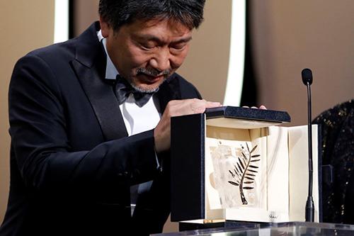 Đạo diễn Nhật Hirokazu Kore-eda bên cạnh giải thưởng của mình.