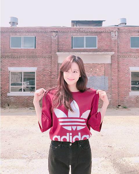 Cô nàng Ji Soo đáng yêu hết nấc trong ảnh hậu trường một buổi quảng cáo.