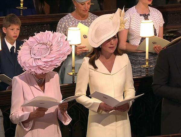 Khi diện bộ váy này, công nương Kate kết hợp với chiếc mũ rộng vành đính hoa cùng tông màu kem, tạo nên tổng thể duyên dáng. Không ít người phát hiện ra, đây chẳng phải là lần đầu cô mặc chiếc áo khoác váy này.