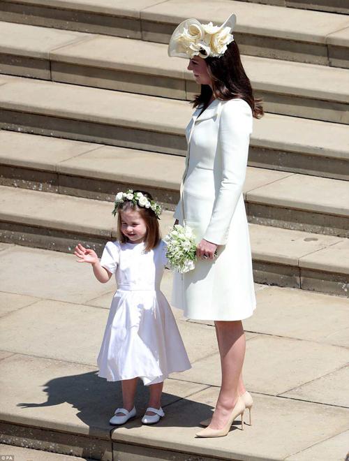 Đến tham dự đám cưới của em rể - hoàng tử Harry, công nương Kate Middleton chọn chiếc váy dài quá gối của hãng Alexander McQueen. Trang phục dù được khen vì có kiểu dáng thanh lịch nhưng lại nhận không ít ý kiến tiêu cực vì mang sắc trắng - màu sắc được xem là tối kỵ trong các đám cưới vì dễ trùng với cô dâu.