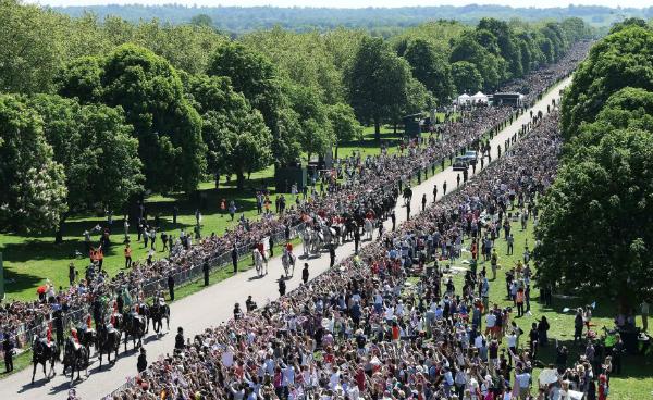 Dân chúng đổ ra đường xem đám cưới.