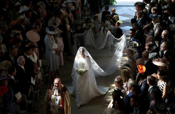 Cô dâu tiến vào lễ đường.
