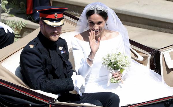 Cặp vợ chồng vẫy chào người dân.