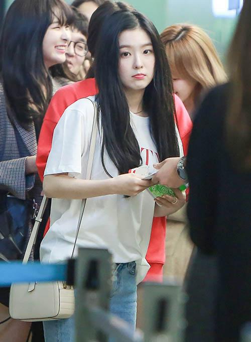 Nhóm Red Velvet bận rộn với các lịch trình nước ngoài, bay chuyên muộn. Irene trẻ trung như một cô sinh viên đại học áo phông, quần jean.