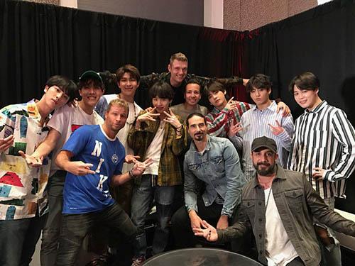 BTS chụp ảnh với nhóm nhạc nam huyền thoại Backstreet Boy khi ở Mỹ.