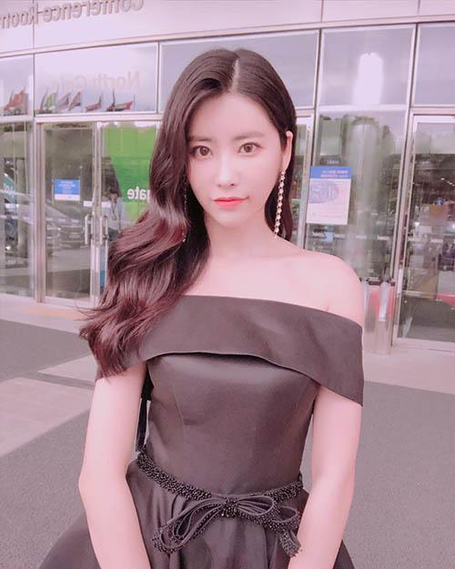 Hui Hyeon khoe vai trần với một mẫu váy gợi cảm, thành viên DIA cực hợp với tạo hình sang trọng.