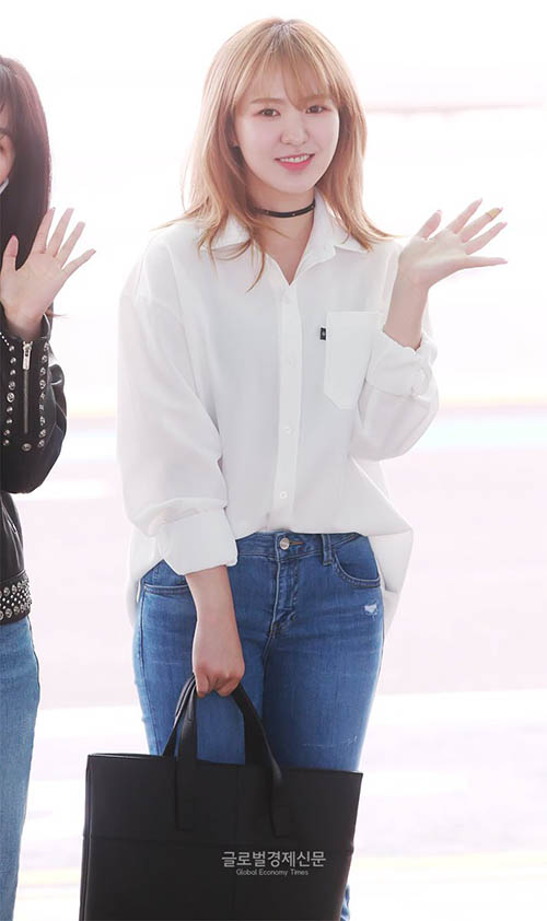 Wendy giống một nữ sinh với set đồ sơ mi trắng, quần jean.