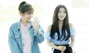 Kim So Hyun suýt hớ hênh vì mưa gió, Irene gợi cảm bất ngờ ở sân bay