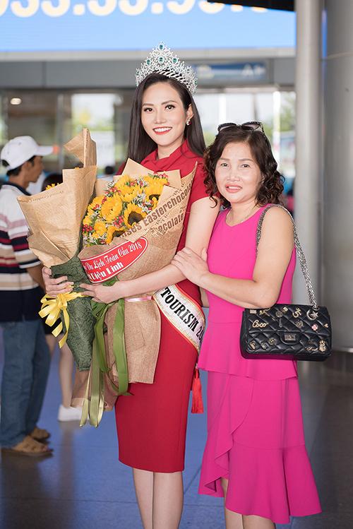 Đi cùng Nguyễn Diệu Linh cũng có mẹ của cô. Trước đêm chung kết một ngày, bà đã bay sang Thái Lan để ủng hộ tinh thần con gái.