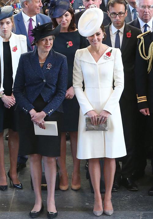 Vào tháng 7/2017, chiếc váy Alexander McQueen tiếp tục đồng hành cùng Kate trong chuyến sang thăm nước Bỉ. Lần này, cô làm mới trang phục bằng cách kết hợp với phụ kiện tông xám và thêm hoa cài áo.