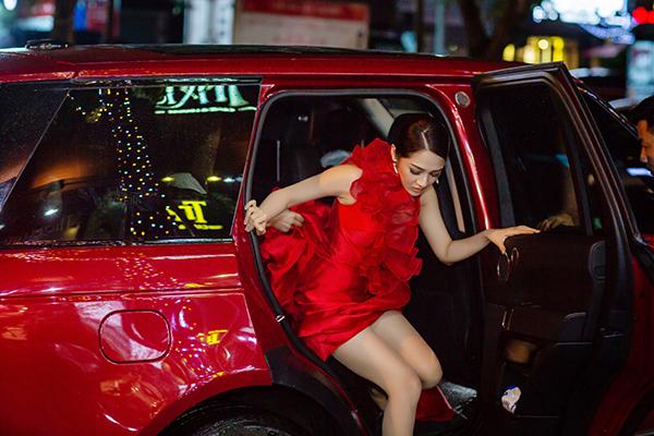 Ngày 19/5, sau khi thực hiện xong những show diễn tại TP HCM, Bảo Anh đã có mặt ở Hà Nội để chạy show liên tục tại 2 địa điểm khác nhau. Thời tiết thủ đô có mưa lớn nên khiến cô gặp chút trở ngại khi di chuyển.