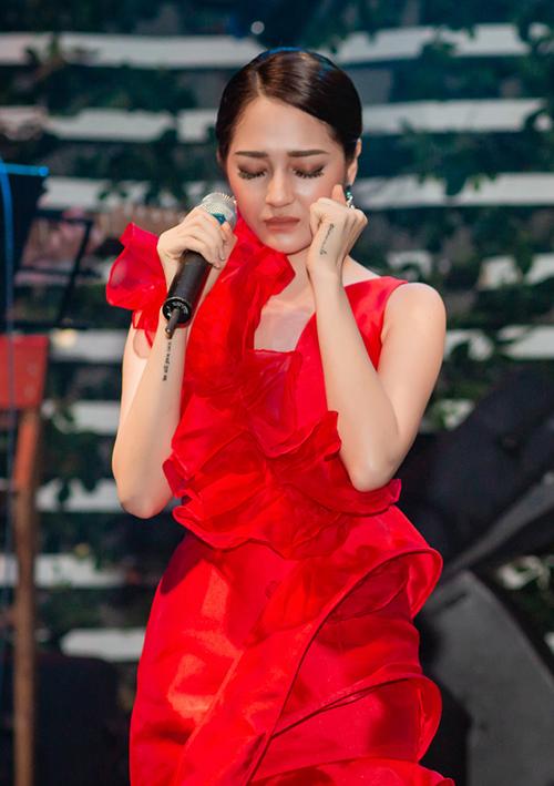 Nữ ca sĩ trình bày hàng loạt ca khúc hit gắn liền với tên tuổi của cô trong suốt sự nghiệp 5 năm ca hát vừa qua như: Anh muốn em sống sao, Trái tim em cũng biết đau, Yêu một người vô tâm, Giả vờ thôi, Sống xa anh chẳng dễ dàng... và ca khúc Ai khóc nỗi đau này vừa mới ra mắt không lâu.