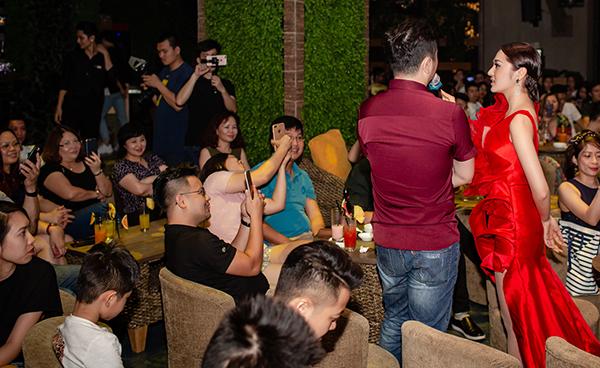 Thời tiết Hà Nội mưa giông lớn nhưng khán giả vẫn đến kín khán phòng để nghe giọng hát của Bảo Anh.