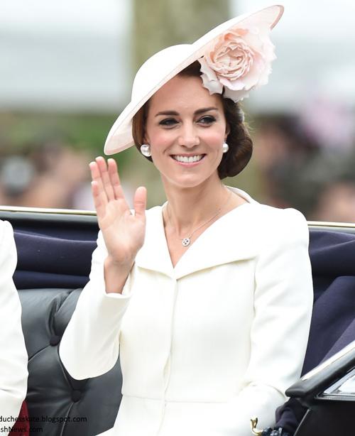 Tại một sự kiện ngoài trời 1 năm sau đó, Kate tiếp tục mặc lại bộ váy này. Cô có sự thay đổi khi kết hợp cùng chiếc mũ đính hoa hồng màu hồng nude.