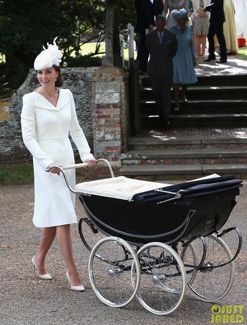 Lần đầu công nương nước Anh mặc bộ váy này là ở lễ thôi nôi của công chúa Charlotte vào hồi năm 2015. Lúc đó, cô kết hợp cùng mũ và giày đều cùng tông trắng.