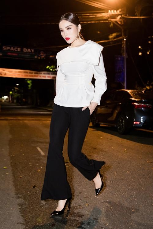 Người đẹp diện trang phục thanh lịch nhưng không kém phần sang chảnh với hai gam màu trắng - đen kinh điển đi kèm kiểu tóc cột đơn giản.