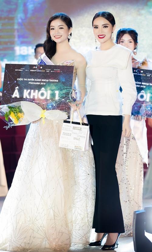 Cô trao danh hiệu Á hậu 1 cho một nữ sinh.