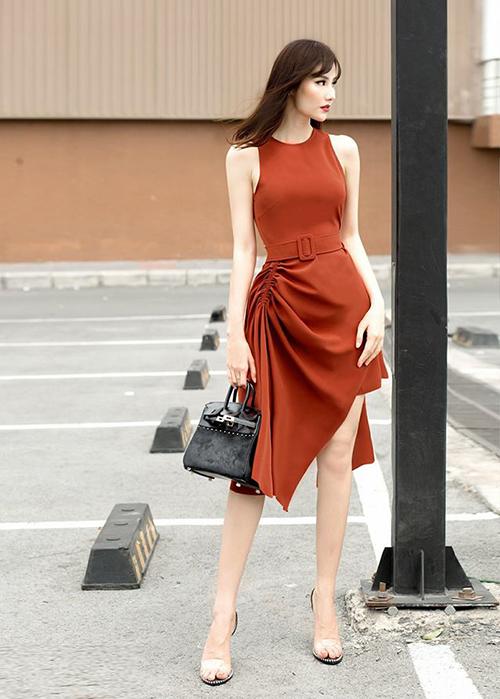 Diễm My sang chảnh trên phố với chiếc váy màu cam nâu cực kỳ tôn da.