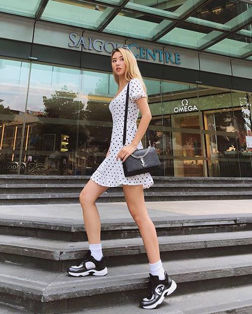Đẳng cấp hàng hiệu của Quỳnh Anh Shyn được thể hiện trong việc với bộ cánh dạo phố đời thường, cô nàng cũng kết hợp với túi YSL và sneakers Chanel đắt đỏ.