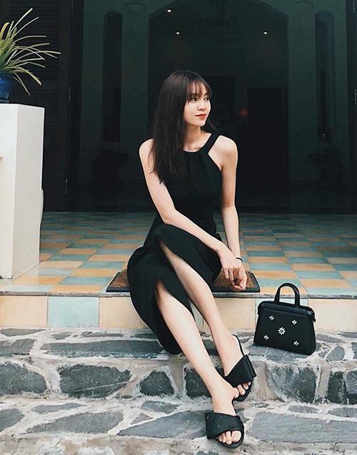 Lan Ngọc phối cả cây đen từ trang phục đến túi xách, dép lê.