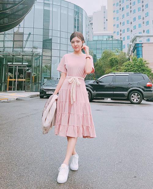 Lilly Luta khoe độ bánh bèo hết cỡ trong chiếc váy màu hồng pastel xếp tầng.