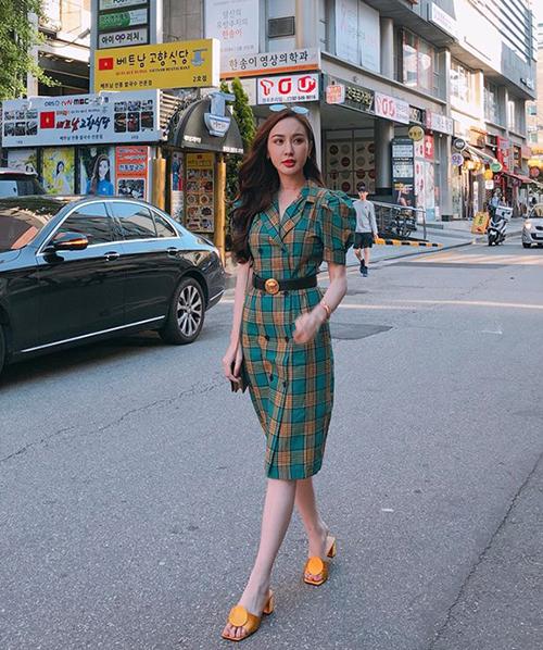 Đi Hàn Quốc chơi nên Kelly cũng lên đồ dịu dàng chẳng kém các girl xứ kim chi. Kiểu váy tay bồng dài quá gối như hot girl đang diện là xu hướng đang được ưa chuộng ở Hàn.