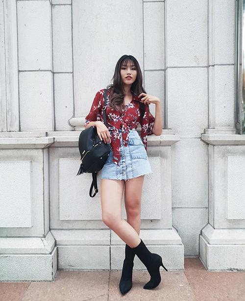Quỳnh Châu trông cực Tây khi diện sơ mi hoa thắt nút kèm chân váy jeans và boots cao gót.