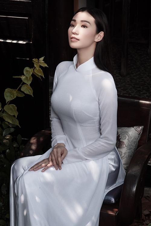 rong một thiết kế áo dài đơn sắc trắng tinh khôi, Khánh My lai khiến người xem nửa lạ nửa quen.