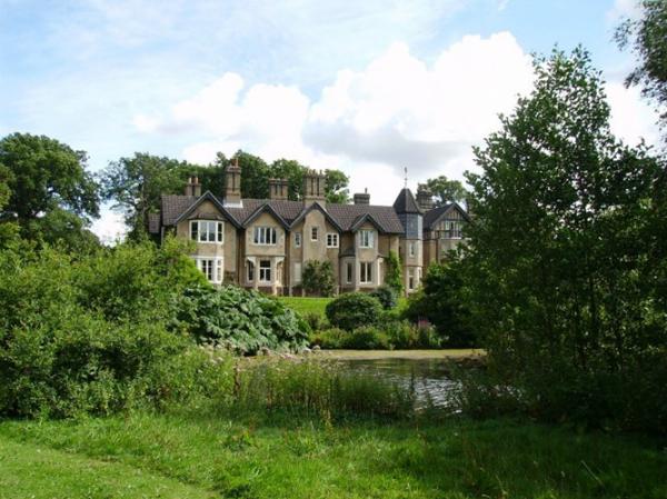 Lâu đài cổ York Cottage là quà cưới của Nữ hoàng Anh dành cho Harry - Meghan.