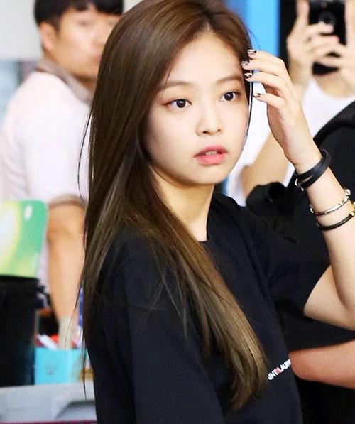 Phải đến lúc cởi bỏ lớp mặt nạ phấn son, Jennie mới chứng minh được nhan sắc tự nhiên, chẳng cần đến makeup hỗ trợ.