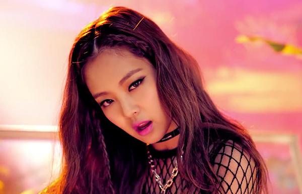 Là idol nổi loạn và sexy bậc nhất của Black Pink, Jennie thường xuyên gắn liền với gương mặt dày phấn son khi lên sân khấu. Đôi mắt mèo sắc như dao và những màu son nổi bật đã trở thành đặc điểm nhận dạng của Jennie.