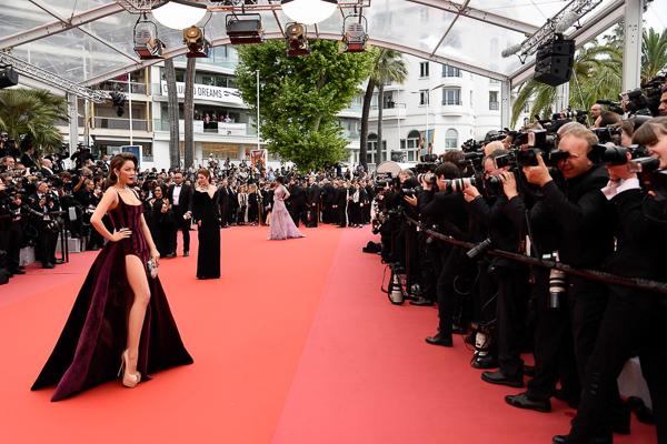 Để có diện mạo hoàn hảo khi lên thảm đỏ Cannes, các mỹ nhân Việt luôn đầu tư trang phục rất chỉn chu. Ngoài khoản váy áo, giày dép cũng được các sao chăm lo không kém. Những đôi giày siêu cao gót thường được các mỹ nhân ưa chuộng vì giúp họ trông cao ráo hơn, không bị lép vế khi đứng cạnh dàn sao quốc tế.