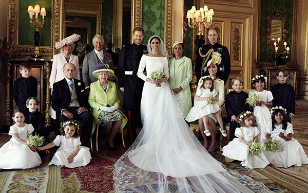 Cặp vợ chồng mới cưới cùng hai bên nội ngoại.