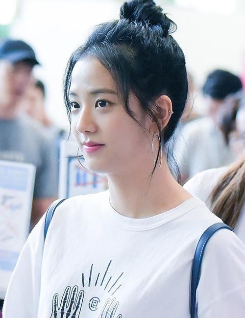 Tuy nhiên nhiều fan cho rằng chỉ có lối makeup nhẹ nhàng mới tôn lên được hết đường nét của người đẹp. Gương mặt của Ji Soo vốn khá hiền hòa và nữ tính, vì thế cô nàng rất thích hợp với cách trang điểm trong veo.