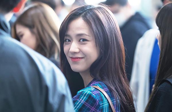 Chỉ cần tô chút son môi là Ji Soo đã đủ tươi tắn.