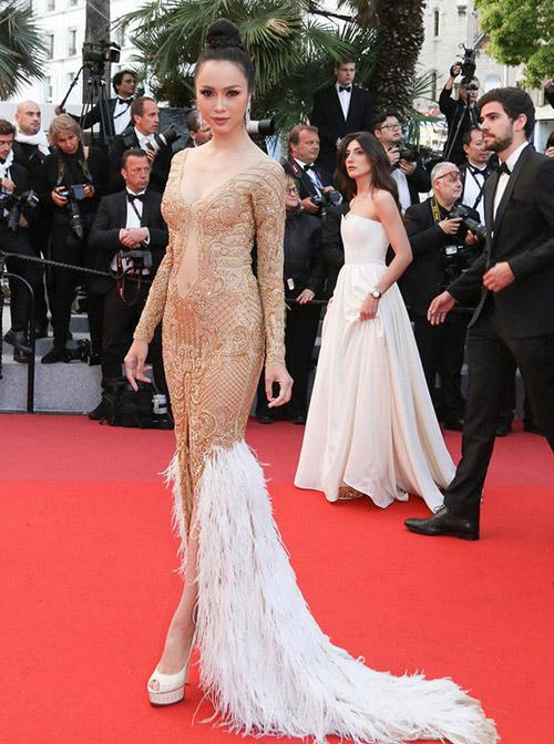 Giày cao gót 12-15 cm giúp người đẹp thanh thoát hơn khi mặc những bộ váy dài chấm đất.