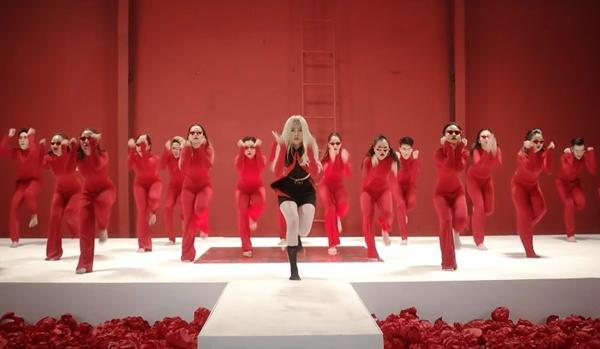Nữ ca sĩ còn có dịp khoe vũ đạo chuyên nghiệp trong sản phẩm này.