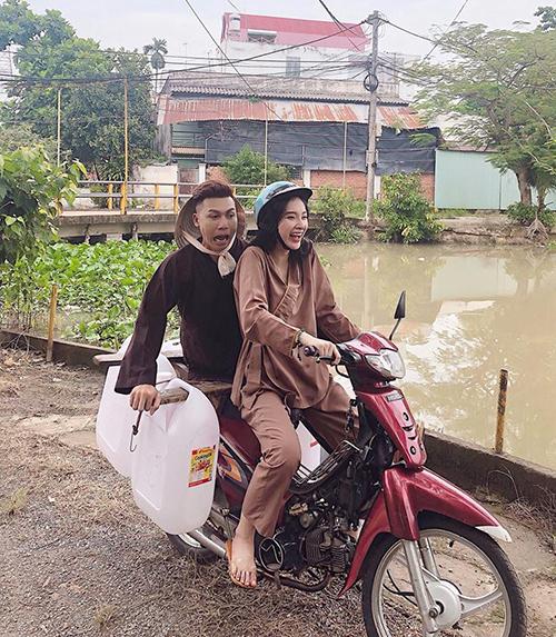 Angela Phương Trinh gây bất ngờ với hình ảnh mặc áo nâu sòng, đi dép lê giản dị khi tham gia chương trình từ thiện.