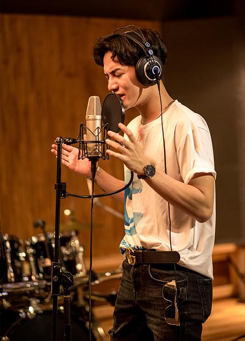 Bài hát cổ động còn có sự góp giọng của nam ca sĩ Ali Hoàng Dương.