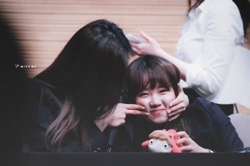 Yoo Jung đáng yêu như em bé, nằm gọn trong vòng tay của Do Yeon ở buổi ký tặng.