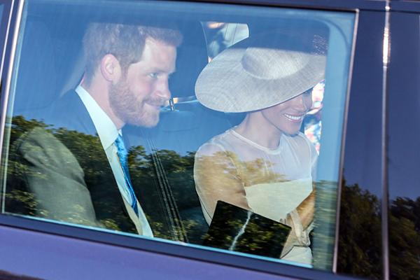 Vợ chồng Hoàng tử xuất hiện 3 ngày sau cưới. Meghan dường như rất tuân thủ quy tắc trang phục của Hoàng gia.