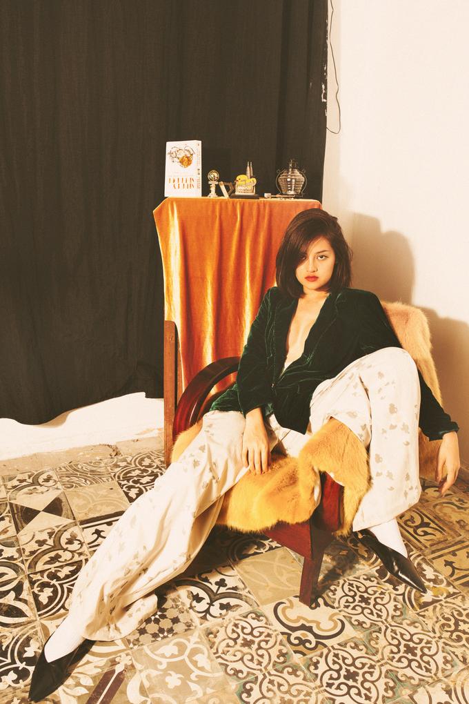 Hot girl 'Bộ tứ 10A8' diện đồ sexy, tạo dáng nổi loạn